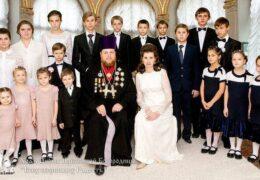 Sacerdote Ortodoxo Adopta a 25 Niños y Niñas, Crea Centro para Huérfanos en su Iglesia