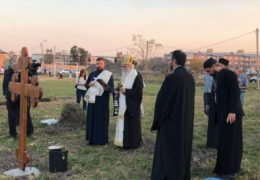 Митрополит Амфилохије служио молебан за почетак градње храма Свете Тројице у Ресистенци