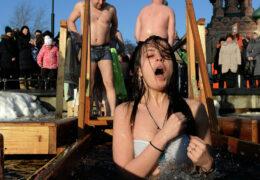 Богојављење у Москви и Подмосковљу: Скоро пола милиона купало се у леденој води (видео)