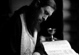 El sacerdote a veces lleva prácticamente la carga de los pecados de la gente. A veces cae. ¡No lo juzguemos! ¡Oremos por él!