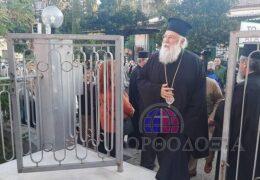 Proceso del Metropolitano griego de Corfu quien seguía con la Comunión durante cuarentena
